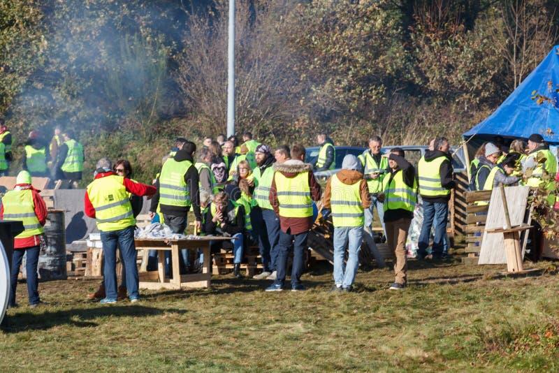 Guipavas, França - 24 de novembro de 2018: Os demonstradores chamaram vestes amarelas fotos de stock