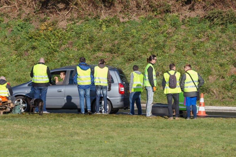 Guipavas, França - 24 de novembro de 2018: Os demonstradores chamaram vestes amarelas foto de stock