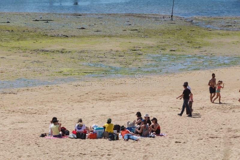 GUIPAVAS, FRANCIA – 1° GIUGNO: amici alla spiaggia, il 1° giugno 2019 fotografie stock