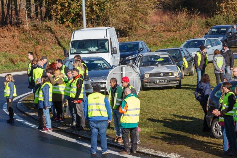 Guipavas, Francia - 24 de noviembre de 2018: Los manifestantes llamaron los chalecos amarillos foto de archivo libre de regalías