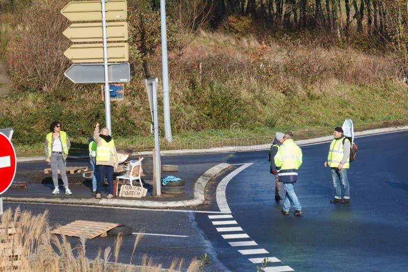 Guipavas, Francia - 24 novembre 2018: I dimostratori hanno chiamato le maglie gialle fotografia stock libera da diritti