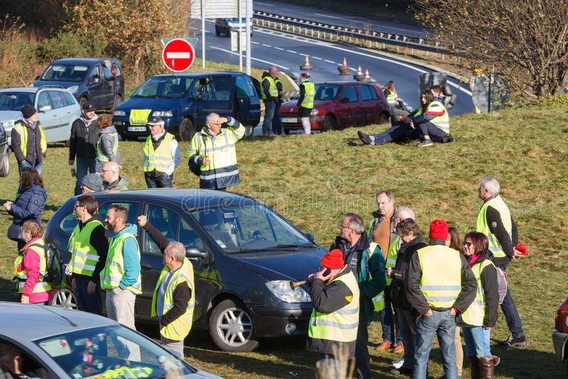 Guipavas, Francia - 24 novembre 2018: I dimostratori hanno chiamato le maglie gialle fotografie stock