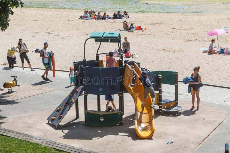 GUIPAVAS FRANKRIKE – JUNI 01: barn som spelar i ett lekplatsområde, Juni 01, 2019 arkivfoto