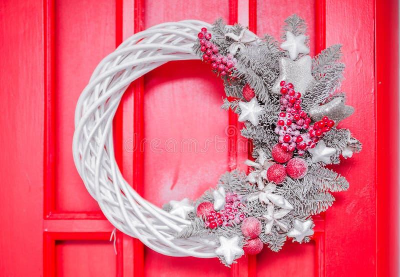 Guirlande argentée de Noël accrochant sur la porte de Noël photographie stock libre de droits