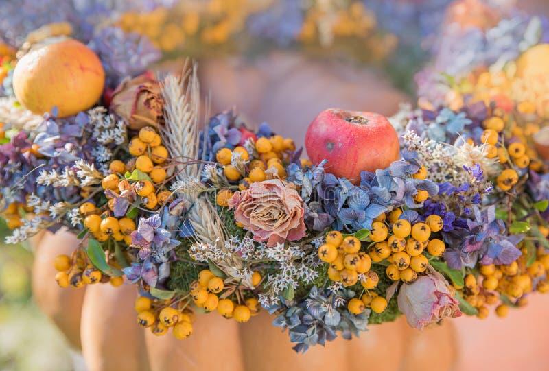 Guirlande automnale avec des fleurs, des roses, des baies, et l'APP d'hortensia images libres de droits