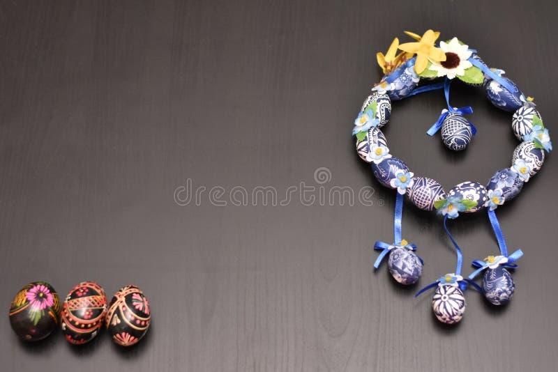 Guirlande bleue de Pâques avec les oeufs colorés images libres de droits
