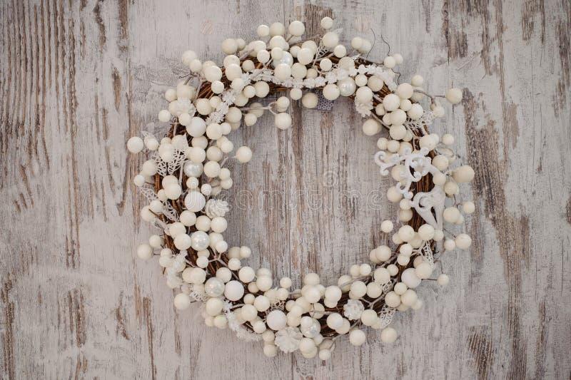 Guirlande décorative de Noël blanc au-dessus de fond en bois photos libres de droits