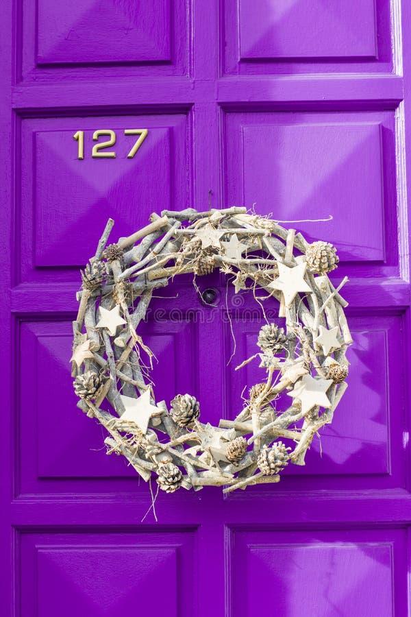 Guirlande d'argent de Noël accrochant sur la porte photo libre de droits