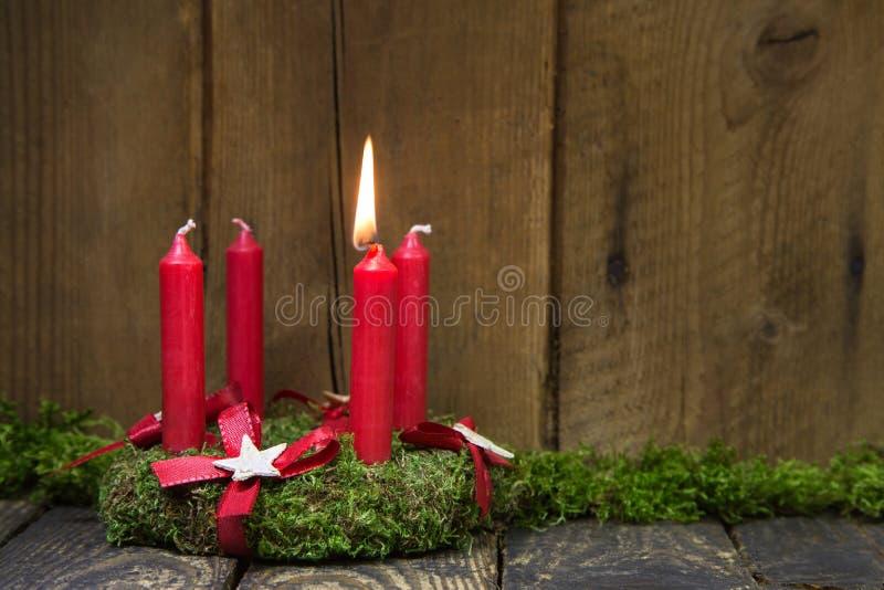Guirlande d'avènement ou de Noël avec quatre bougies rouges de cire images libres de droits