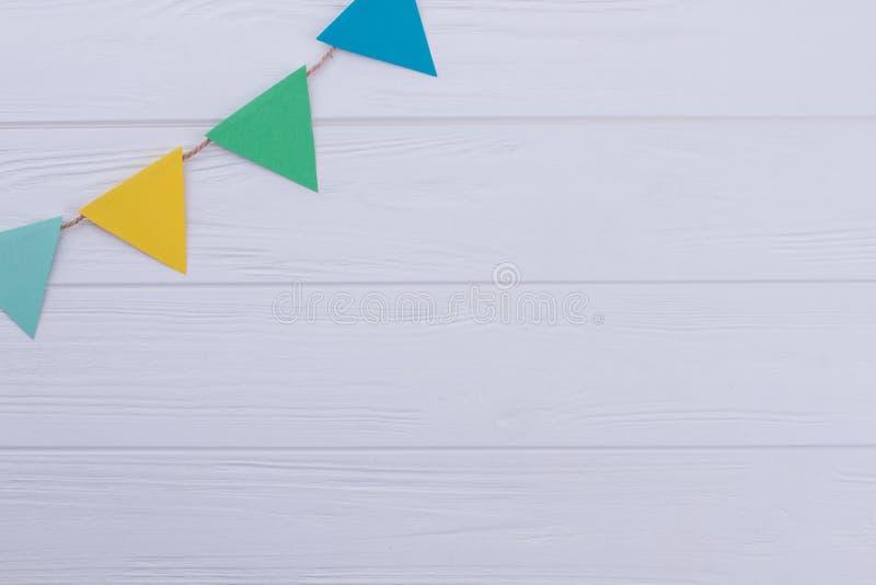 Guirlande de drapeaux de vacances sur le fond en bois blanc photos libres de droits