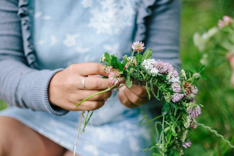 Guirlande de fleur chez la main de la femme images libres de droits