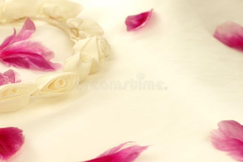 Guirlande de fleur de mariage avec des pétales de fleur images stock