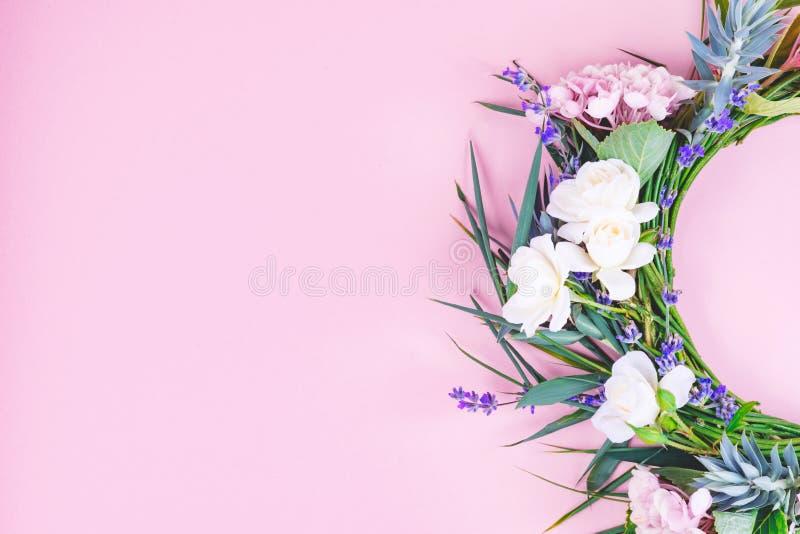 Guirlande de fleur sur le fond image libre de droits