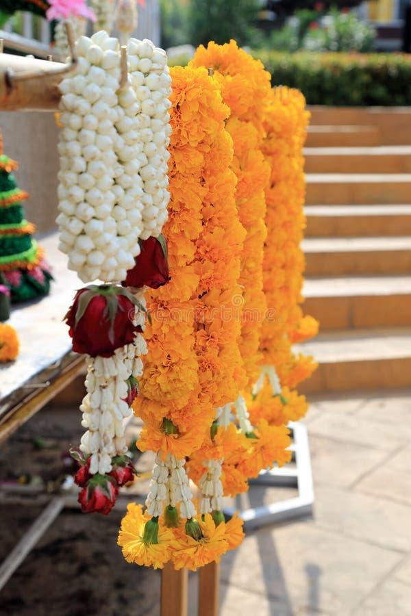 Guirlande de fleurs pour le sacrifice de offre dans la cérémonie religieuse indoue ou bouddhiste photo libre de droits