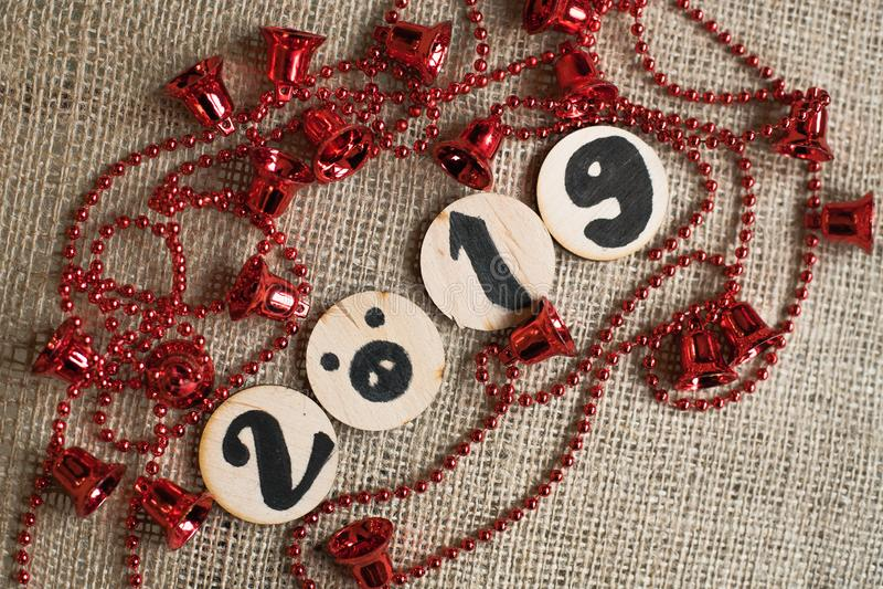 Guirlande de Noël, éléments décoratifs, numéro 2019 et image de porc sur le fond approximatif photographie stock libre de droits
