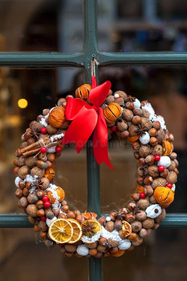 Guirlande de Noël avec des fruits secs sur la porte photos stock