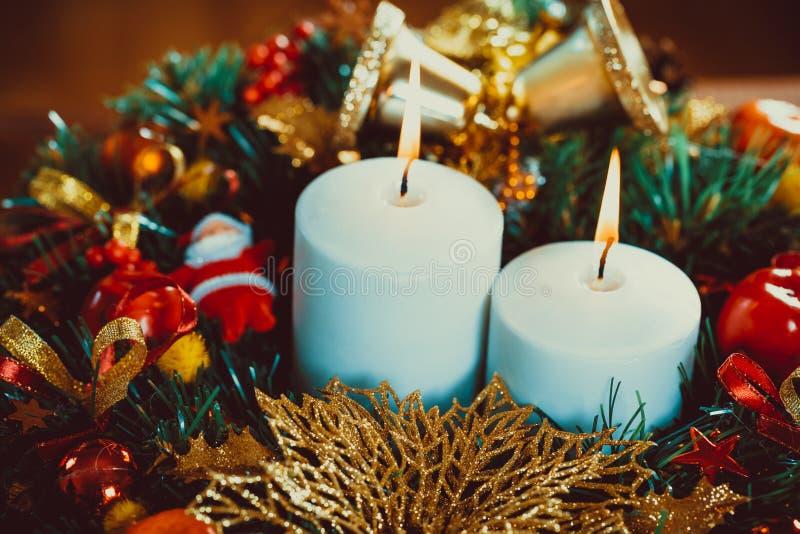 Guirlande de Noël avec les bougies brûlantes sur la table en bois photographie stock