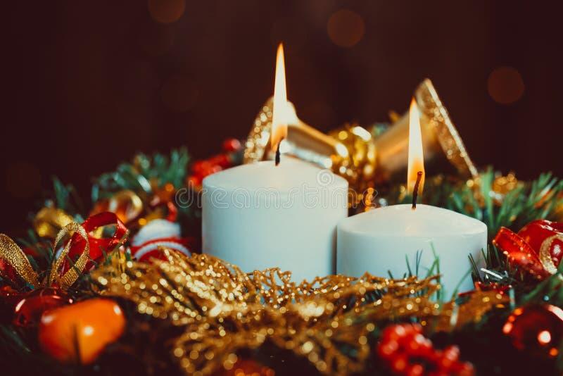 Guirlande de Noël avec les bougies brûlantes sur la table en bois image libre de droits