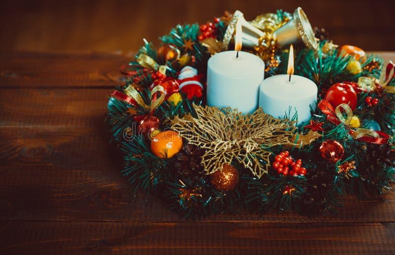 Guirlande de Noël avec les bougies brûlantes sur la table en bois photographie stock libre de droits