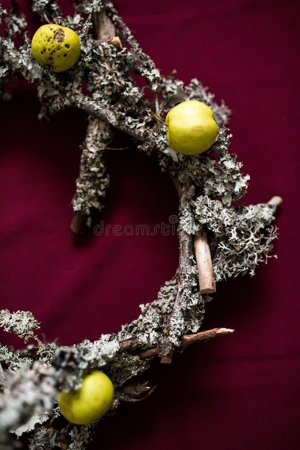 Guirlande de Noël faite de brindilles et lichens secs photo stock