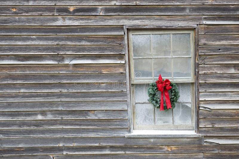 Guirlande de Noël sur la vieille ferme photos libres de droits