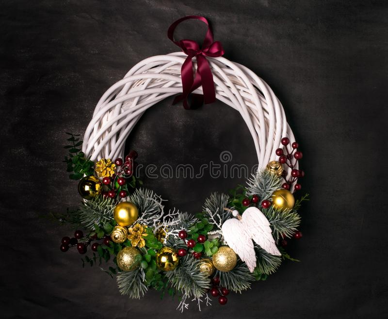 Guirlande de Noël sur un fond foncé photo libre de droits