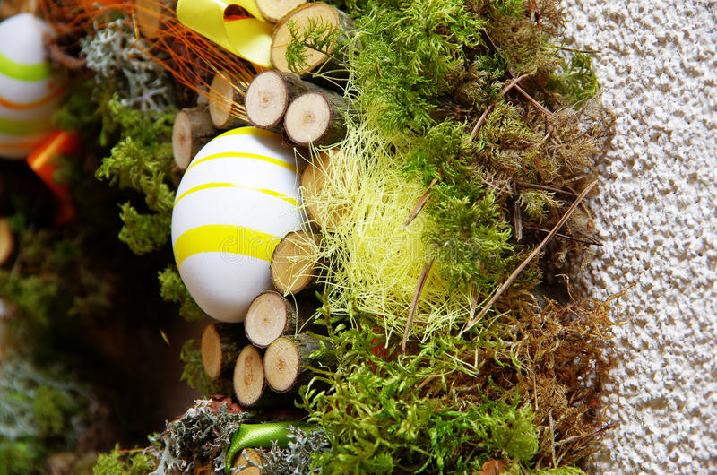 Guirlande de Pâques faite de matériaux naturels photos stock