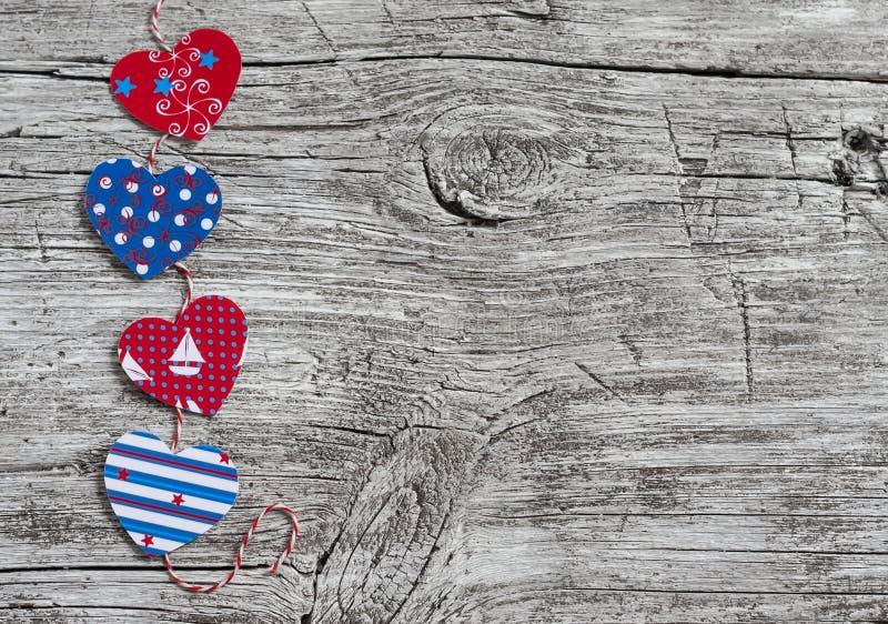 Guirlande de papier faite maison de coeurs Texture en bois de Saint-Valentin, fond L'espace libre pour le texte image stock