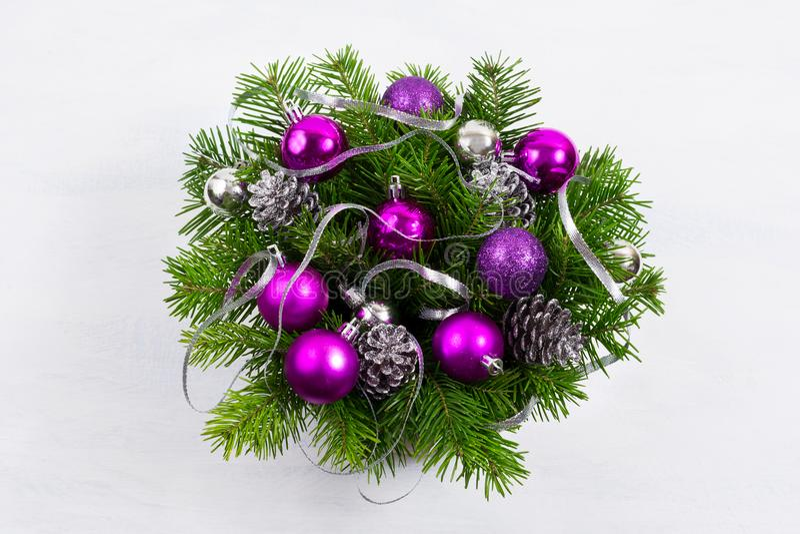 Guirlande de porte de Noël avec des cônes de pin argenté et des babioles pourpres image libre de droits