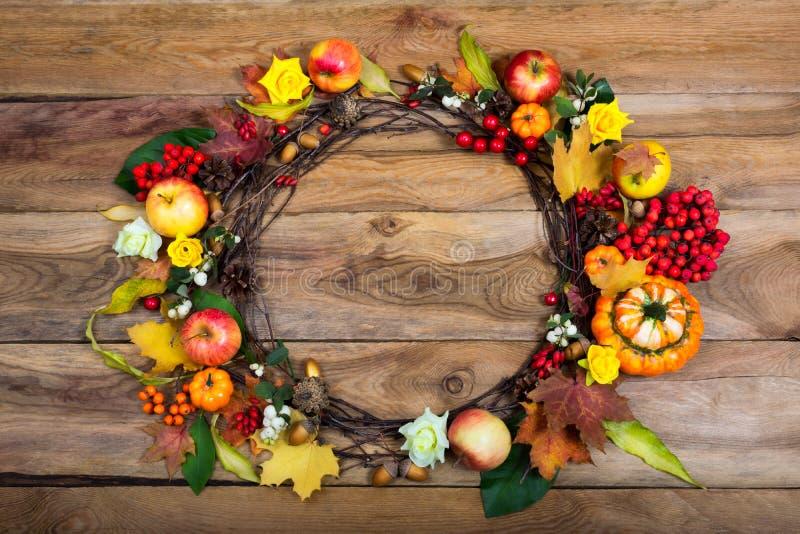 Guirlande de porte de thanksgiving avec des potirons et des roses jaunes photo stock