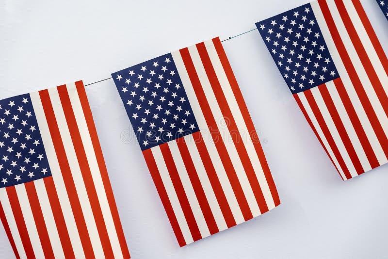 Guirlande des drapeaux américains du plan rapproché rectangulaire de forme sur le fond clair, conception de bannière Fest, vacanc photographie stock libre de droits