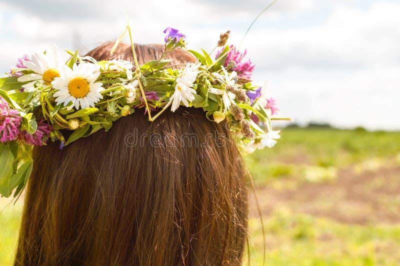 Guirlande des fleurs sur la tête de la femme photos libres de droits