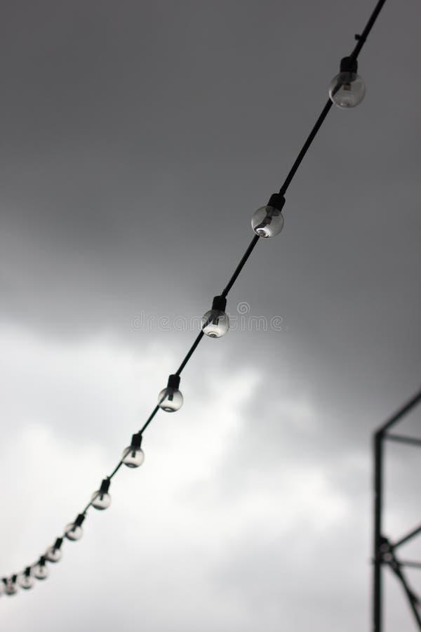 Guirlande des lampes de fête contre le ciel Photo avec la profondeur du champ images libres de droits