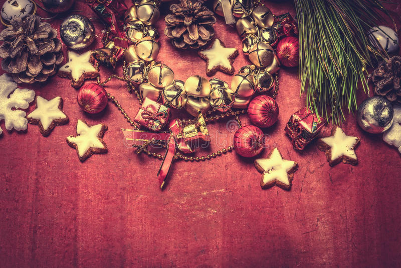 Guirlande et décorations de cloche de Noël sur le fond en bois rouge, vue supérieure photographie stock libre de droits