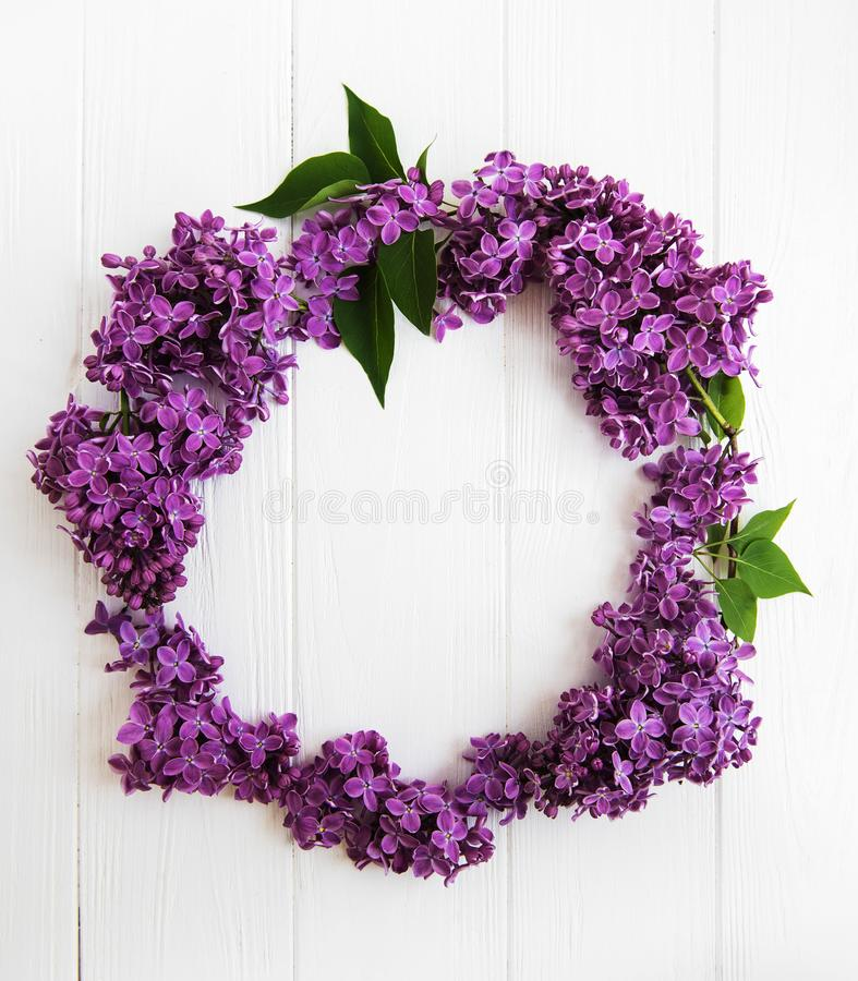 Guirlande faite de fleurs lilas photo stock