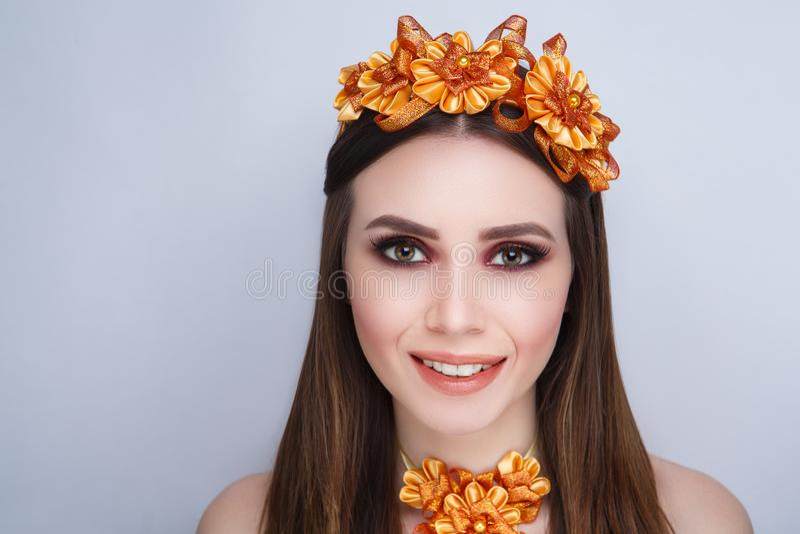 Guirlande orange de femme photographie stock libre de droits