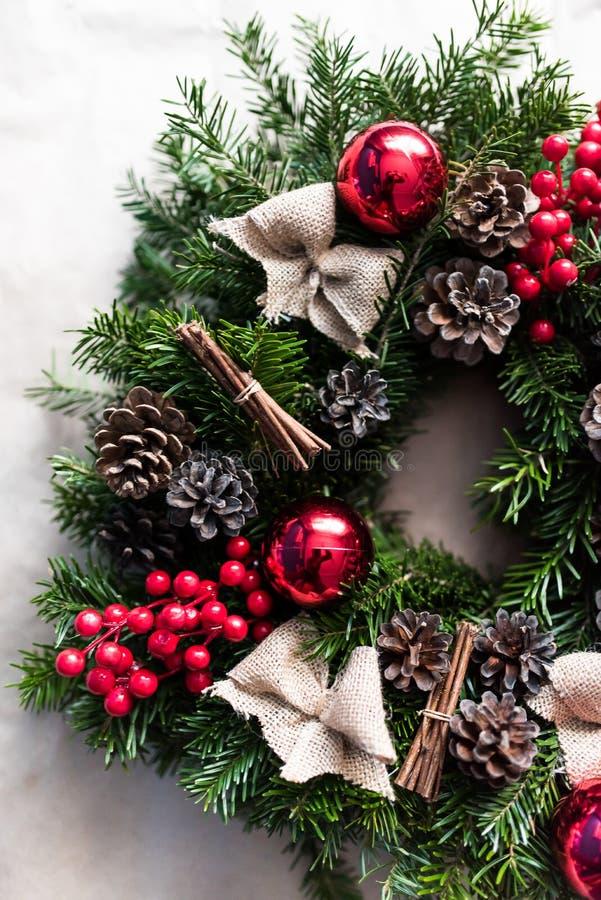 Guirlande ronde de Noël avec les babioles et les baies rouges image libre de droits