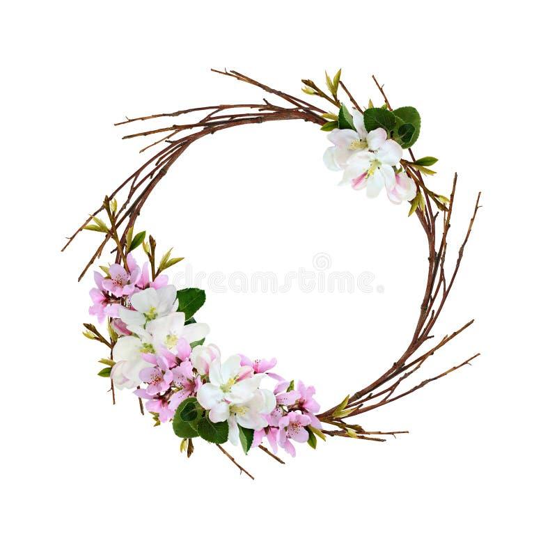 Guirlande ronde des brindilles sèches avec des branches de ressort des fleurs et des feuilles de pêche photo stock