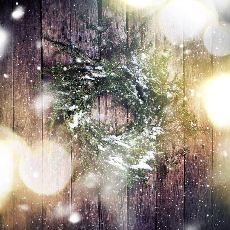 Guirlande sur le fond en bois avec la neige en baisse Lumière modifiée la tonalité d'image photographie stock libre de droits