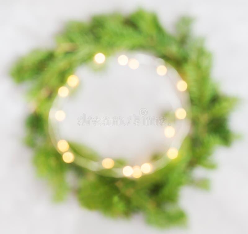 Guirlande verte de Noël brouillée par configuration plate de vue supérieure avec des lumières sur le backgrou lumineux photo stock