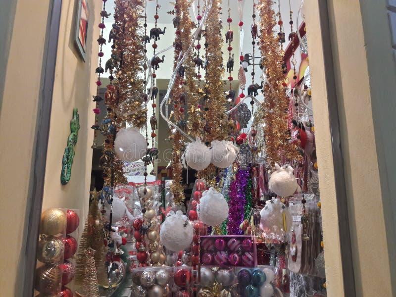 1 guirlandes, décorations de Noël dans un vitrail photo libre de droits