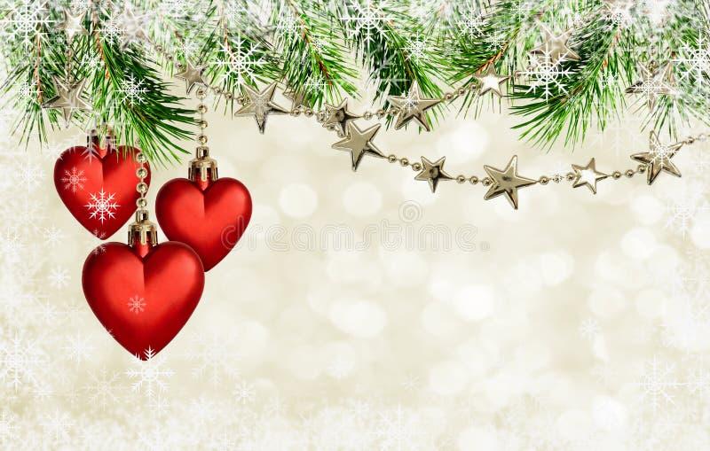 Guirlandes de Noël avec des étoiles et décoration rouge de coeurs sur le holid images libres de droits
