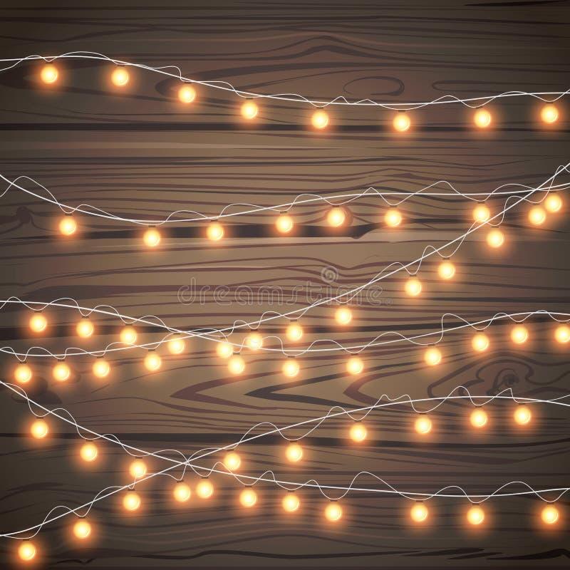 Guirlandes de Noël d'isolement sur le fond en bois Carte d'or recouverte réaliste de lumières de Noël Décorations de vacances lum illustration stock