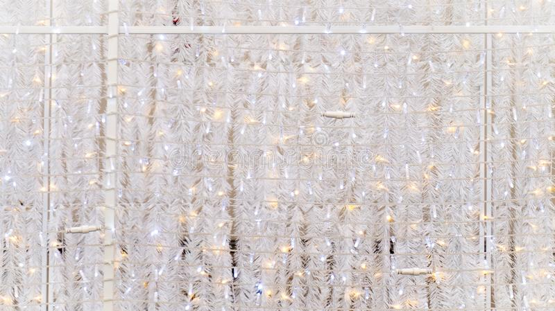 Guirlandes de Noël et lumières miroitantes blanches de ficelle comme revêtement mural, utilisé comme décoration d'événement utili photographie stock libre de droits