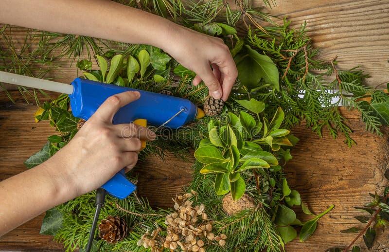 Guirlandes de Noël - travail avec une arme à feu de colle image stock