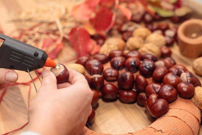 Guirlandes faites main de Noël de production photographie stock libre de droits