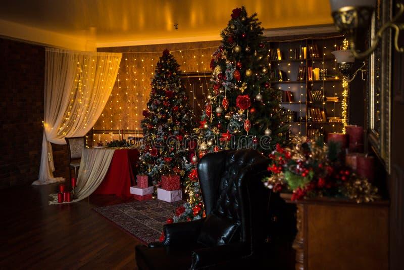 Guirlandes intérieures de lumières de maison de vacances d'arbre de Noël, et décorations à la maison photographie stock libre de droits
