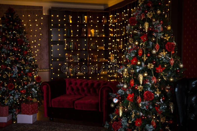 Guirlandes intérieures de lumières de maison de vacances d'arbre de Noël, et décorations à la maison images stock