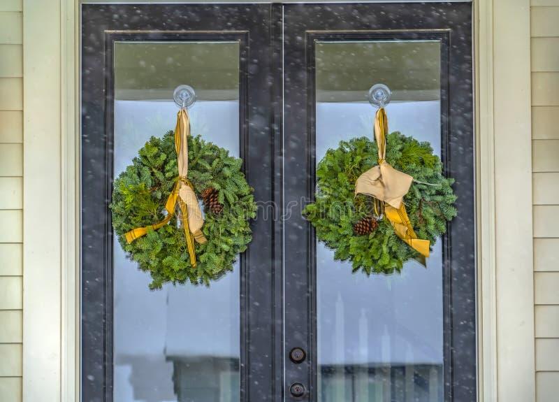 Guirlandes traditionnelles sur la porte en verre réfléchissante photographie stock