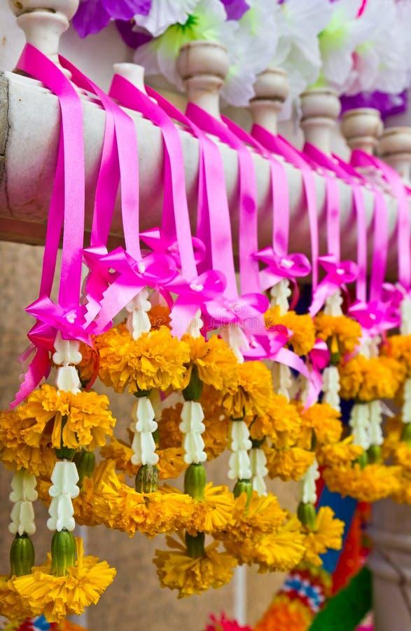 Guirnalda con las flores verdaderas y falsas fotos de archivo